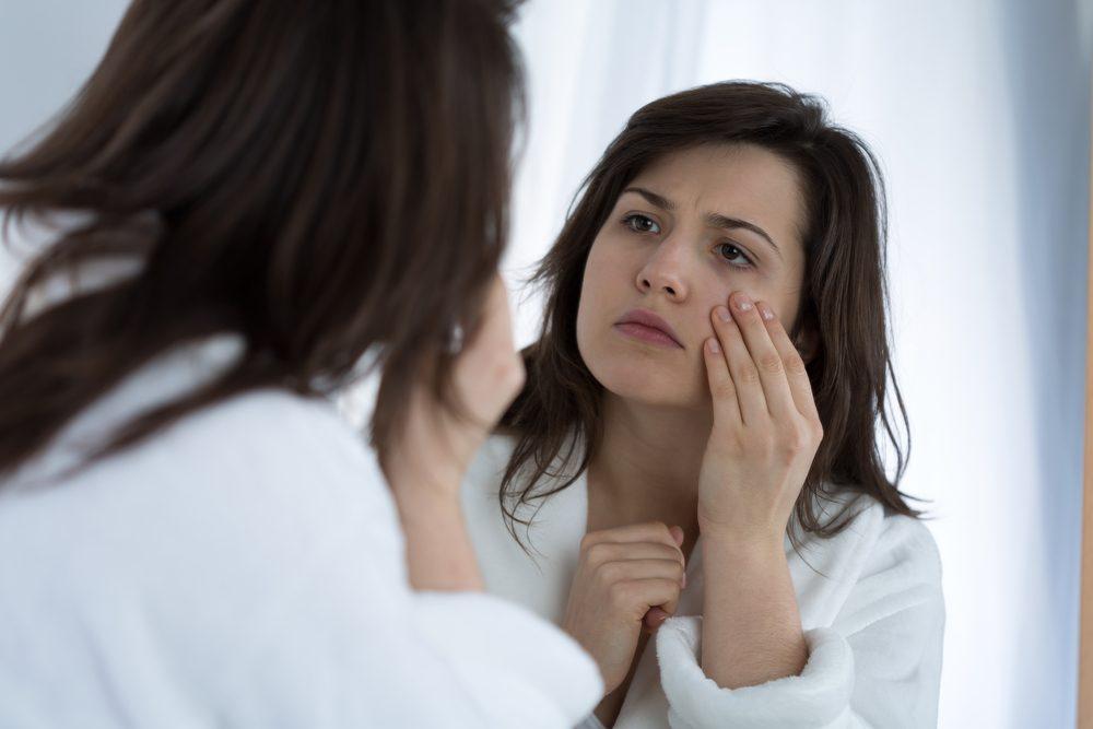 Cancer féminin et symptômes: enflure au niveau du visage.