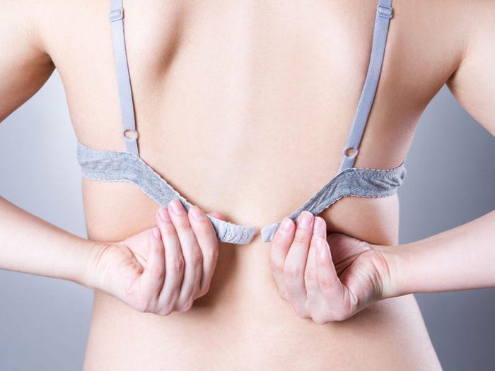 La bande élastique de votre soutien-gorge n'est pas parallèle au sol.