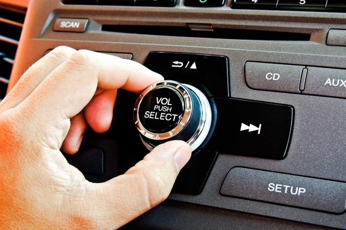 13. Voici la raison pour laquelle vous baissez le son de la radio dans la voiture.
