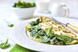 Omelette aux épinards, sauce aux champignons
