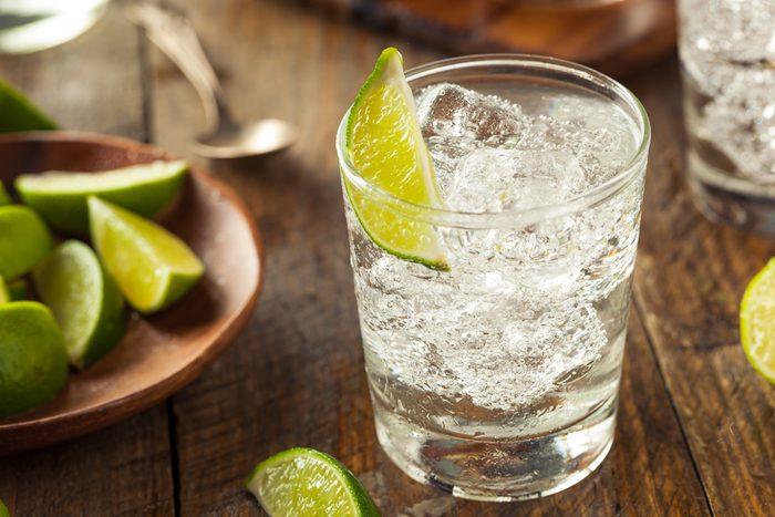 Buvez une boisson sucrée par jour et privilégiez l'eau gazeuse, le reste du temps.