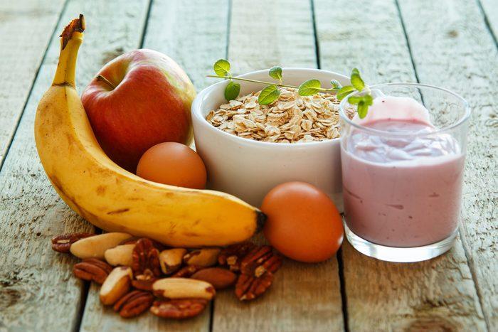 Apportez un fruit, des noix et du yogourt, au travail, pour une alimentation saine