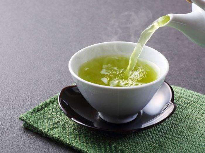 Le thé vert serait parmi les meilleurs aliments brûle-graisses.