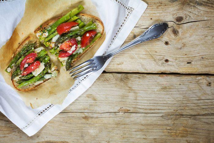 Une excellente recette méditerranéenne de bruschettas aux asperges.