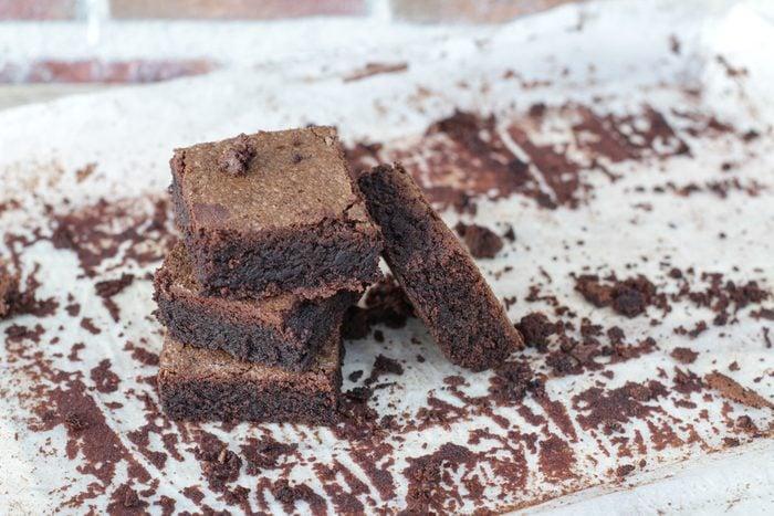 Parmi nos meilleures recettes de desserts faibles en glucides, ces minis brownies.