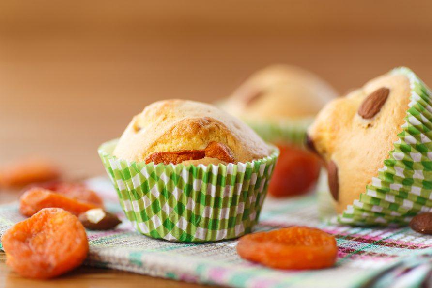 Un muffin aux abricots et pacanes santé.