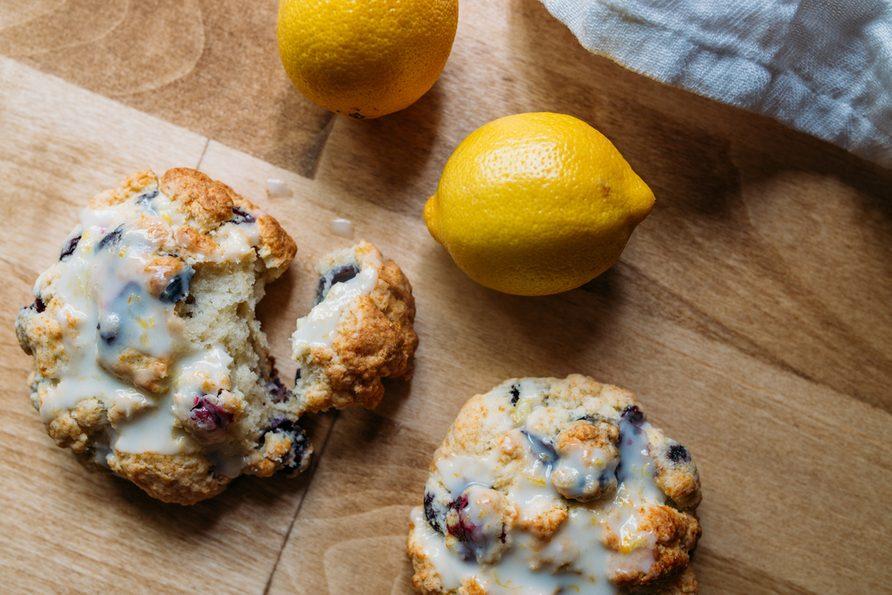 Recette classique de scones au citron et groseilles.