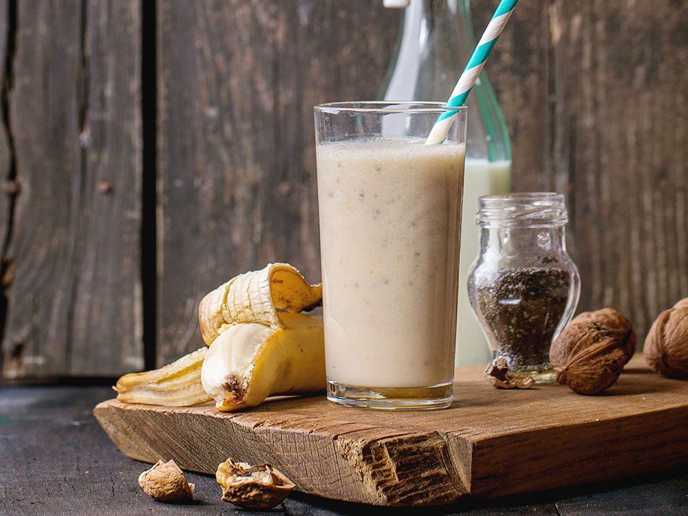 Recette santé de smoothie banane et noix.