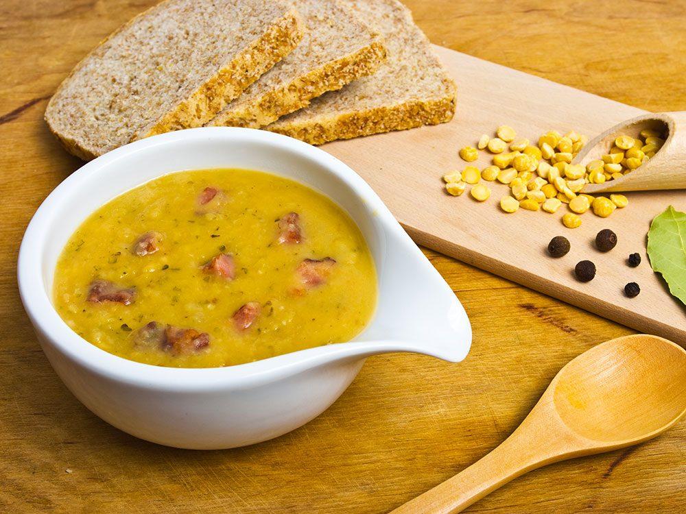 Un met canadien traditionnel à tenter: la soupe aux pois.