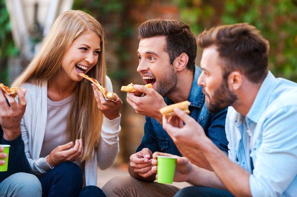 Les hommes mangeraient mieux lorsqu'ils sont accompagnés.