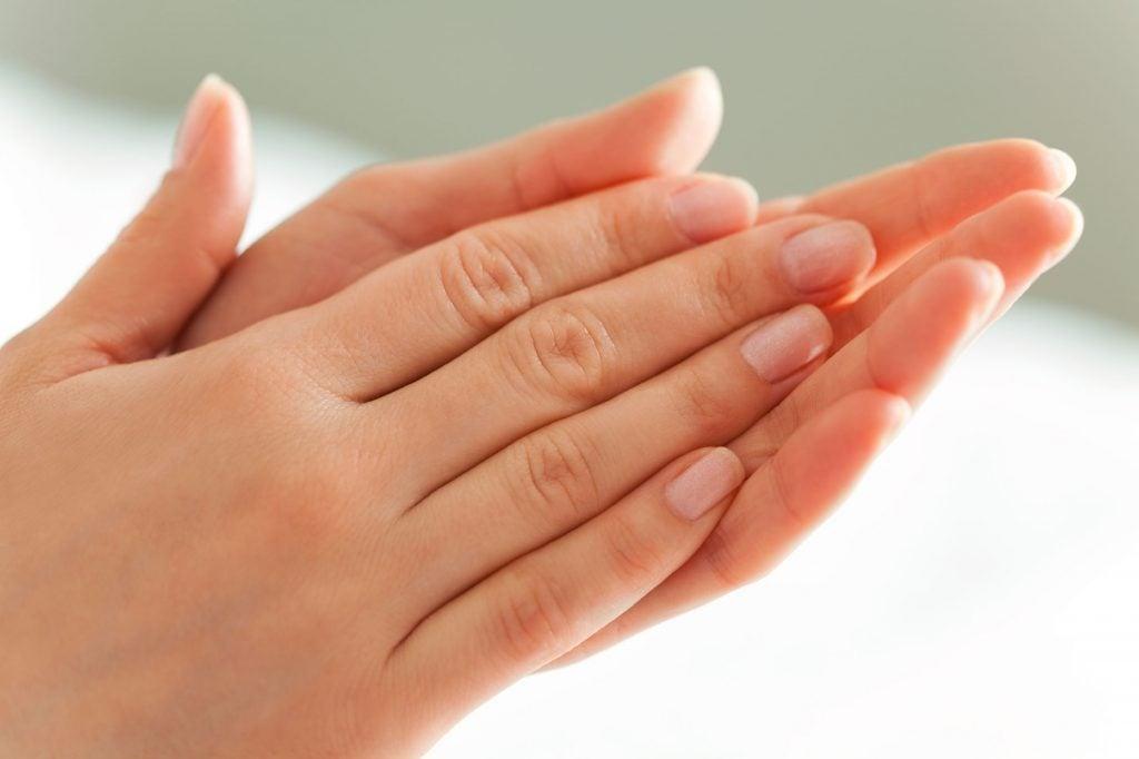 sueur-main-maladie-symptôme-santé