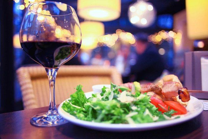 Au repas, prenez du vin pour perdre du poids à la place d'un dessert calorique.