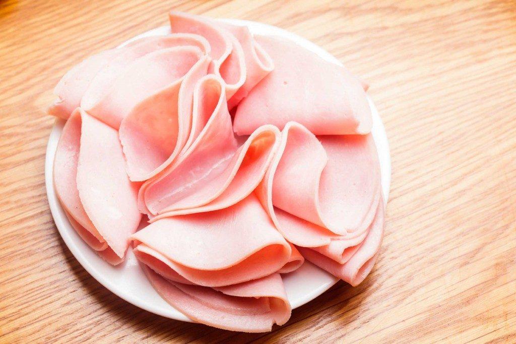 Pour perdre du poids, évitez les charcuteries et viandes transformées.