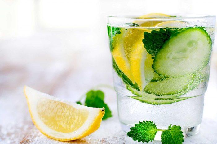 Évitez les boissons gazeuses et troquez les pour de l'eau gazéifiée.