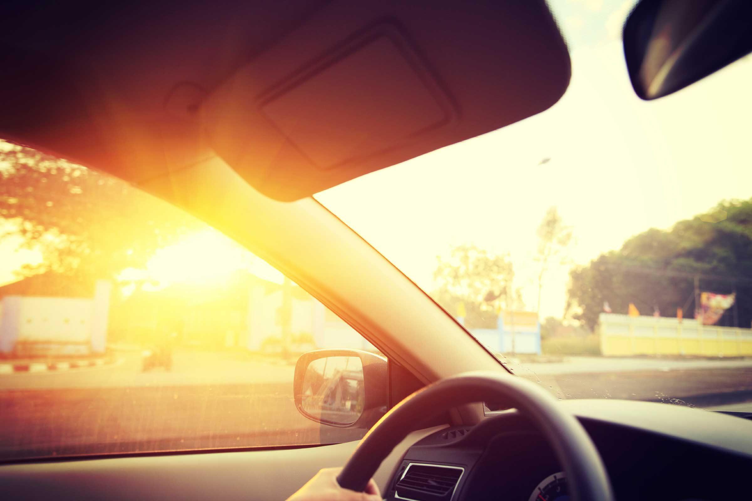 Protéger sa peau du soleil lorsque vous êtes en voiture.