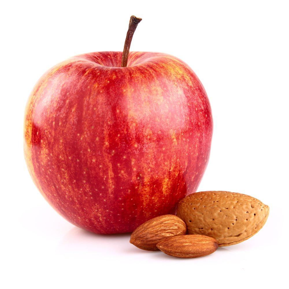 Optez pour des collations énergisantes et anti-fatigue, comme une pomme avec des amandes.