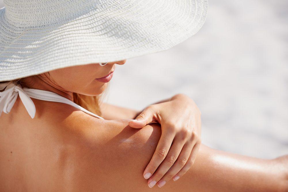 Les pires habitudes pour votre santé: ne pas mettre de crème solaire.