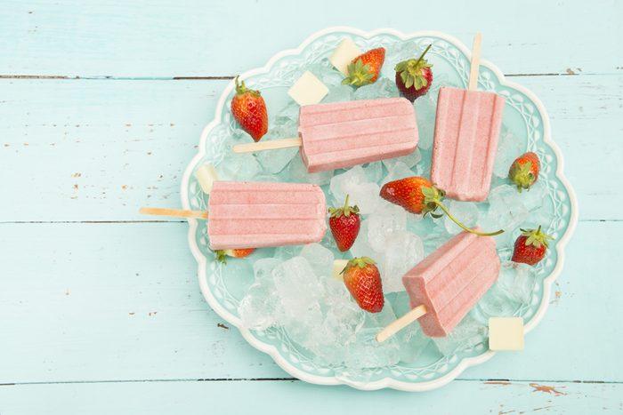 Sucettes glacées aux fraises et au chocolat