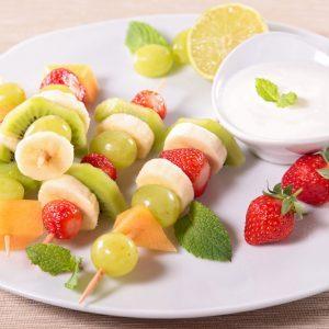 Brochettes de fruits grillés et trempette de yogourt au gingembre