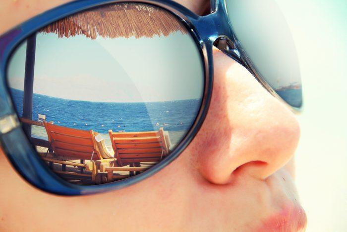 Ne pas porter de lunettes de soleil, une mauvaise habitude pour votre santé.