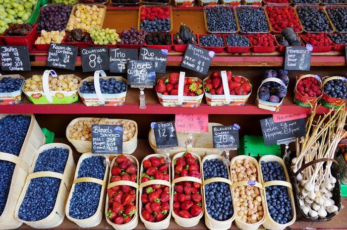 Les fruits et légumes sont très savoureux dans les marchés publics.