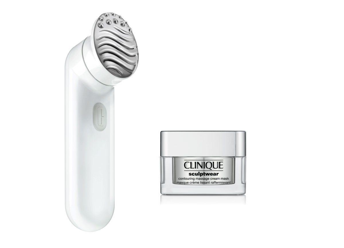 Le massage facial maison avec une brosse.