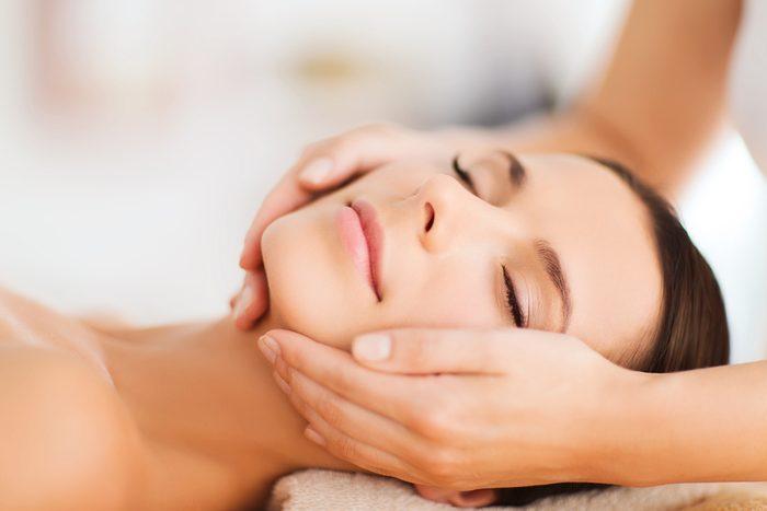 Massage facial: les conseils et bienfaits du massage facial à la maison.