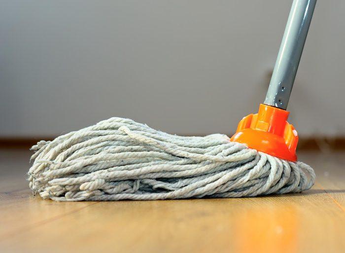 Le ménage de la maison doit être fait avec des outils propres.