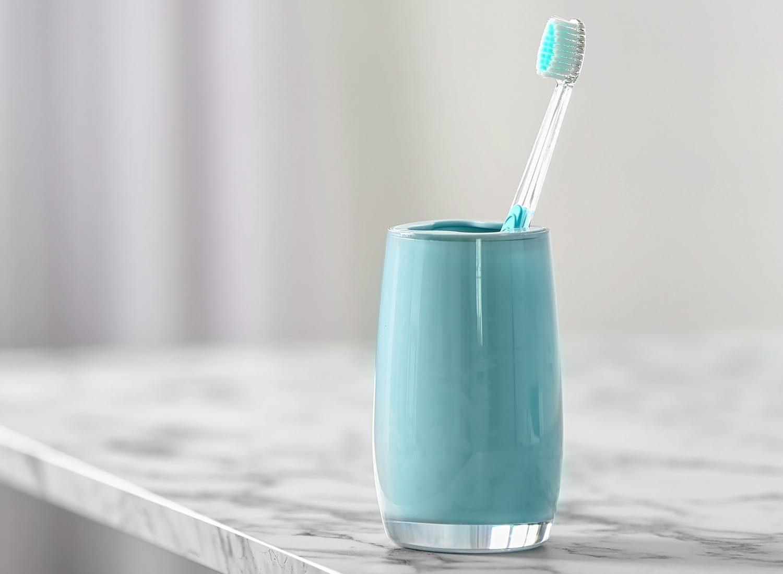 Ménage de la maison: rangez votre brosse à dents loin des toilettes.