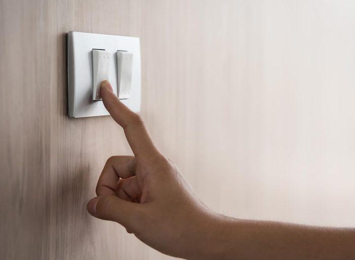 Le ménage de la maison inclus aussi le nettoyage des interrupteurs électriques.