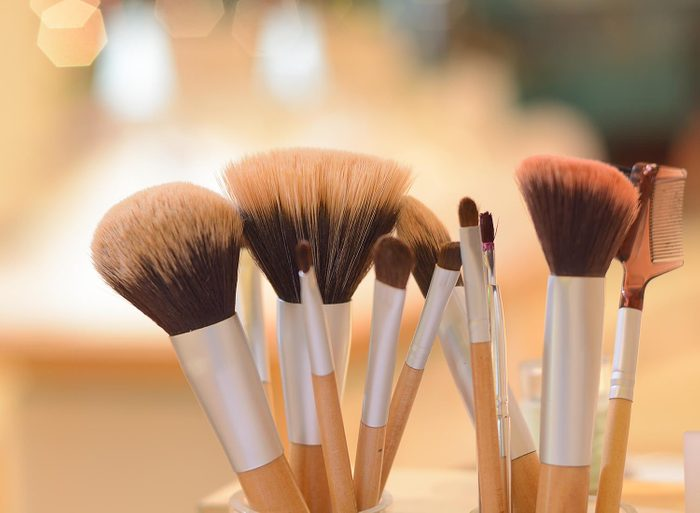 Faites du ménage à la maison: laver vos pinceaux à maquillage.