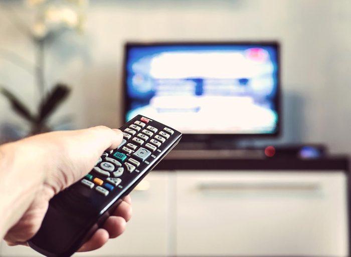 Ménage de la maison: nettoyez les télécommandes.