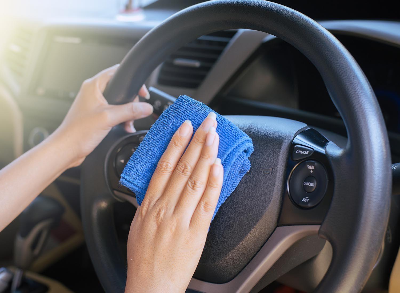 Ménage de la maison: le volant de la voiture est souvent négligé.