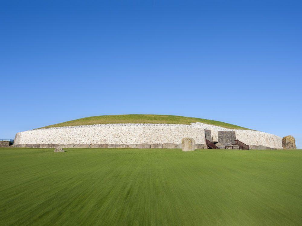 Monuments mystérieux: Newgrange en Irlande.