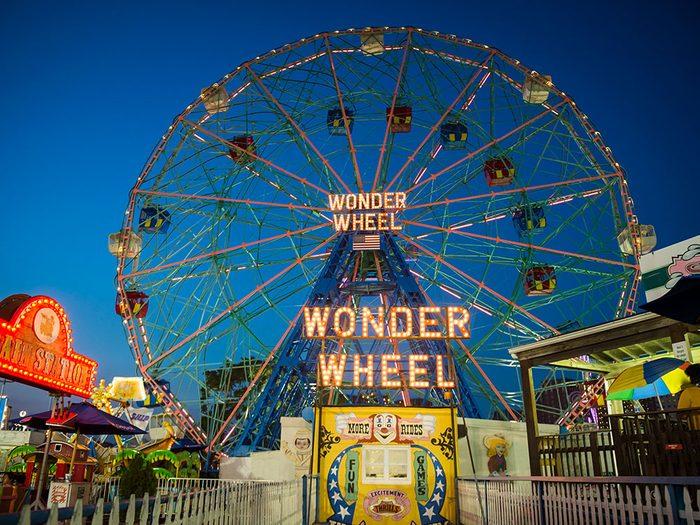 Quoi faire à new york: faire un tour de manège à Coney Island.