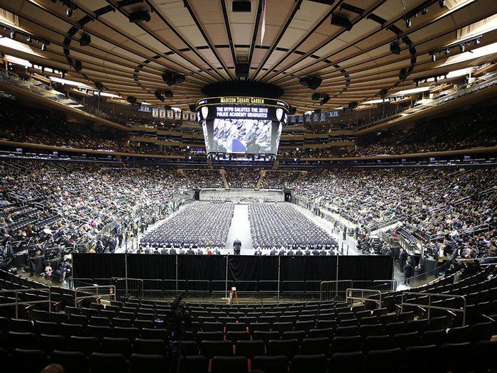 Quoi faire à new york: assister à un match au Madison Square Garden.