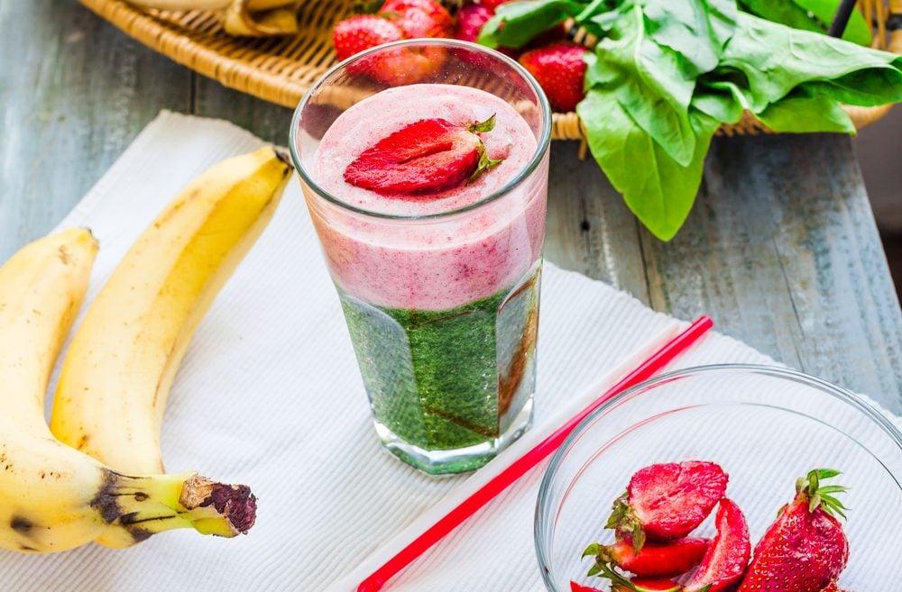 Un smoothie santé aux fraises et aux épinards