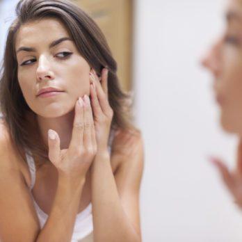 Acné: les causes et raisons des boutons d'acné
