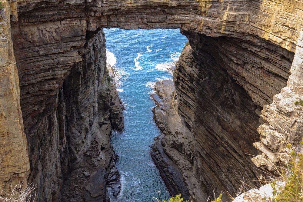 Tasman Arch a été créé par le vent et les vagues, depuis des millions d'années