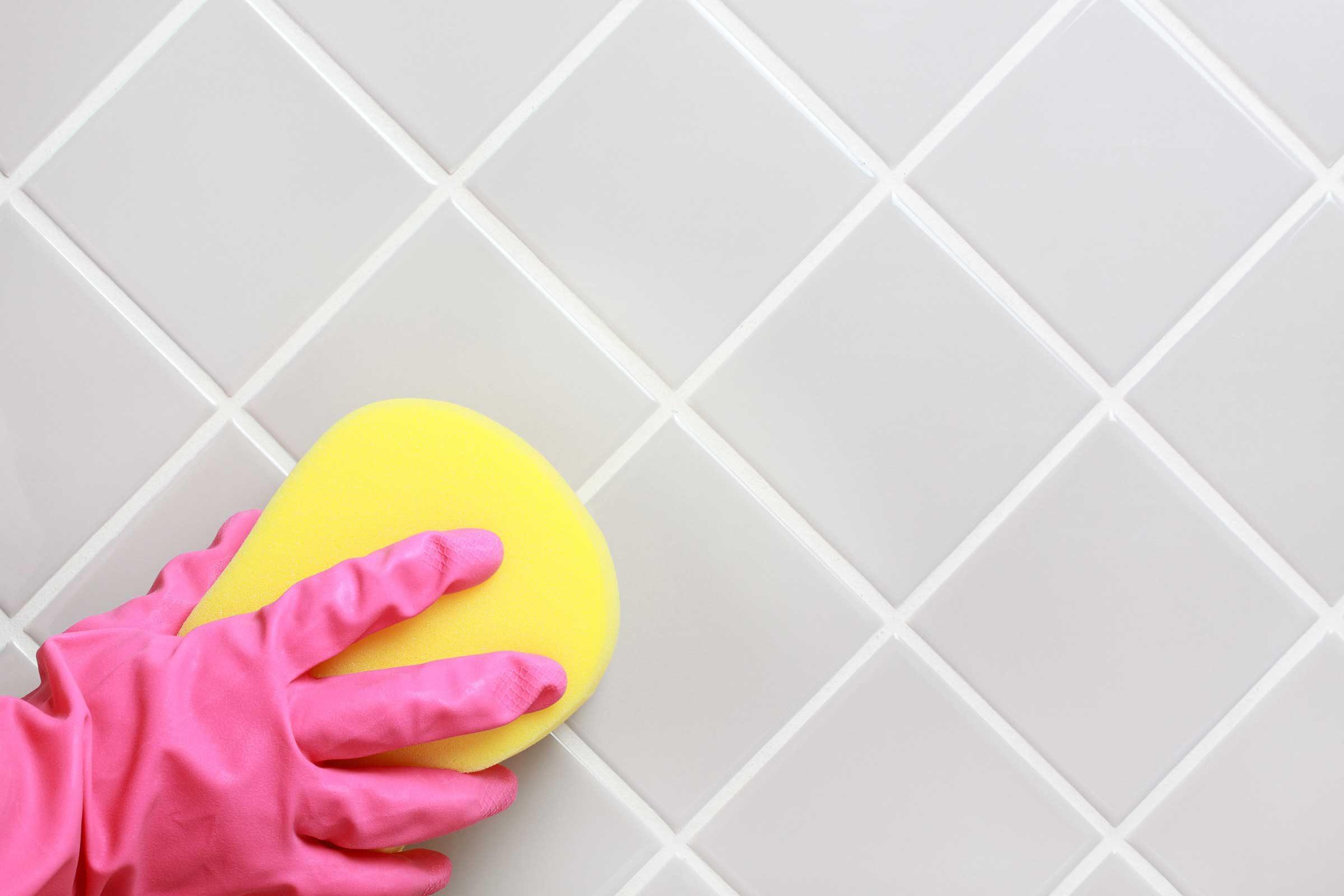 Le vinaigre et le bicarbonate de soude nettoient la salle de bain.