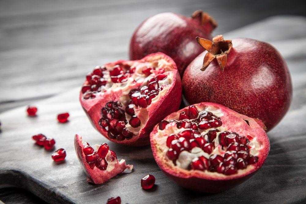 Manger de la pomme-grenade diminue les rides