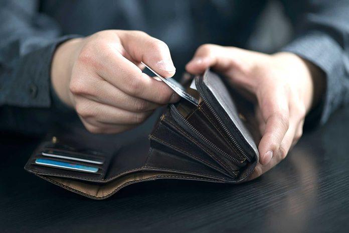 Vous découvrez une nouvelle carte de crédit dans son porte-feuille