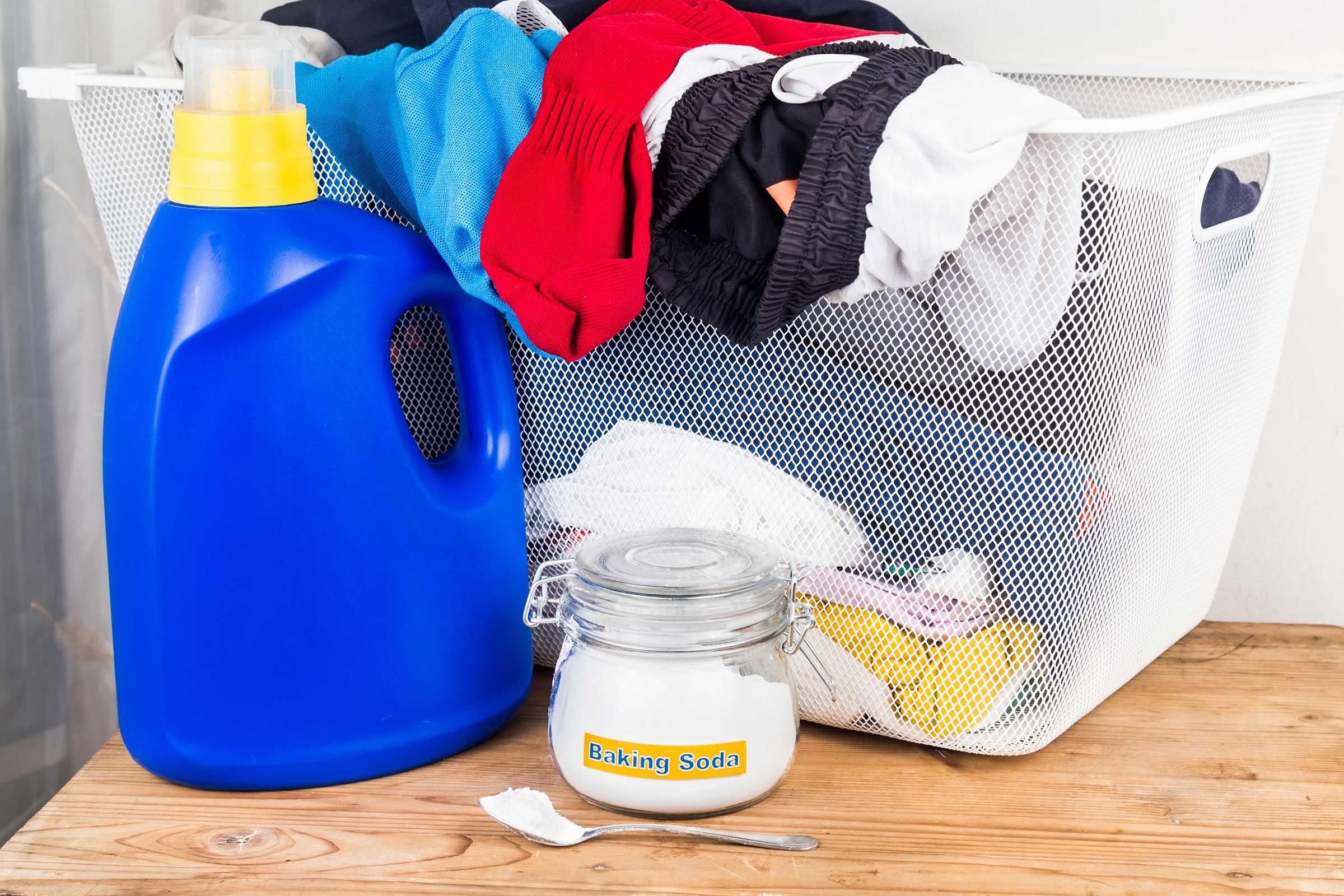Le bicarbonate de soude augmente l'efficacité de la lessive.