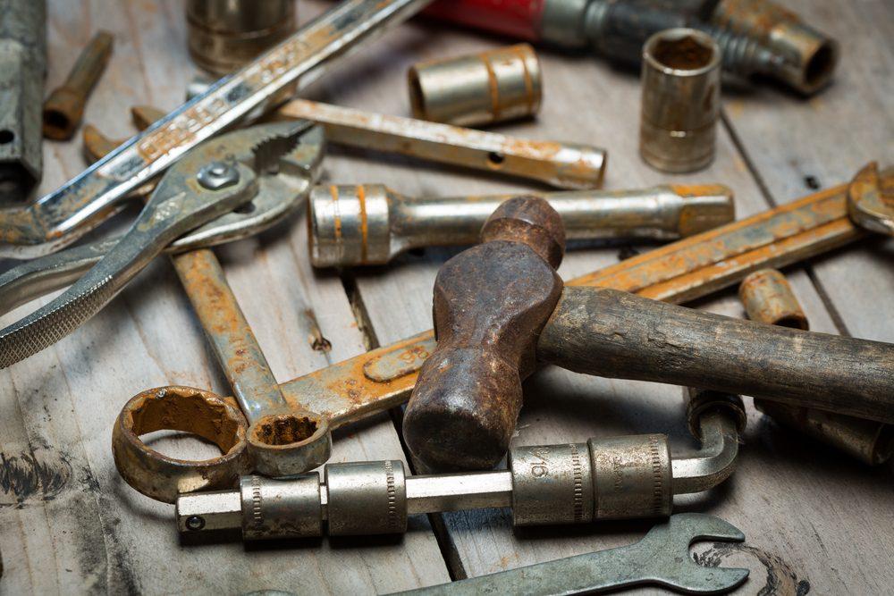 La rouille des outils s'en va avec du coke.