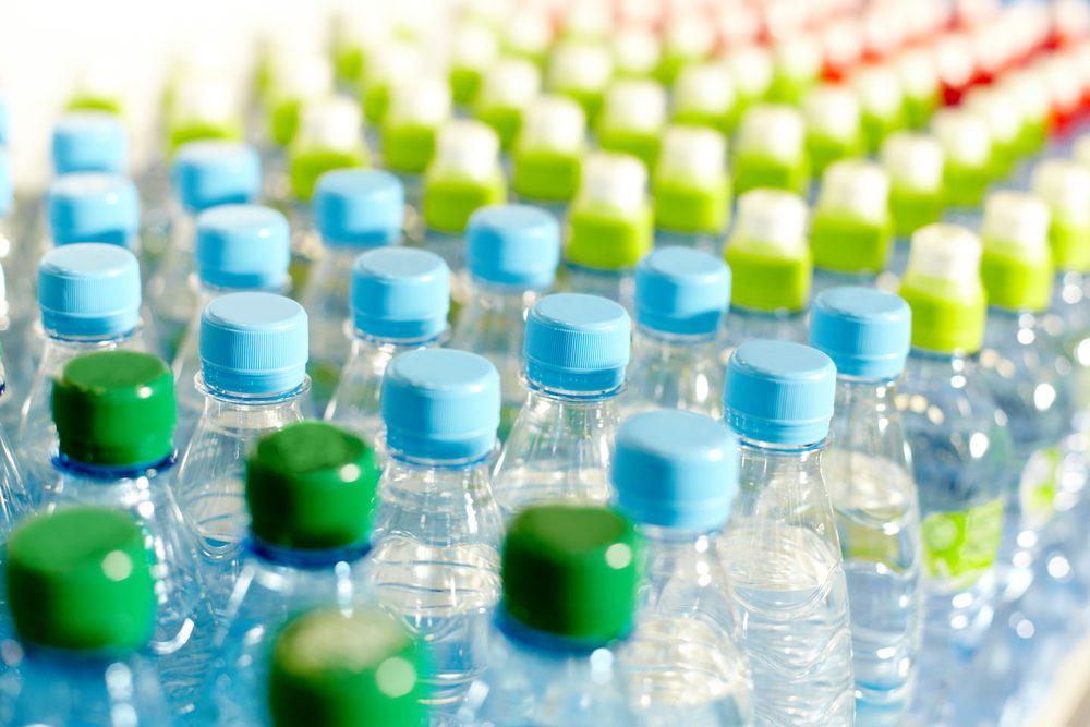 L'eau embouteillée peut contenir des phtalates.
