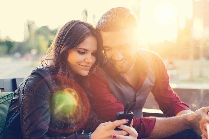 Votre époux vous laisse jouer avec son téléphone