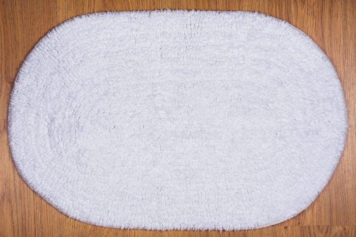 Lavez votre tapis de bain à la machine à laver.