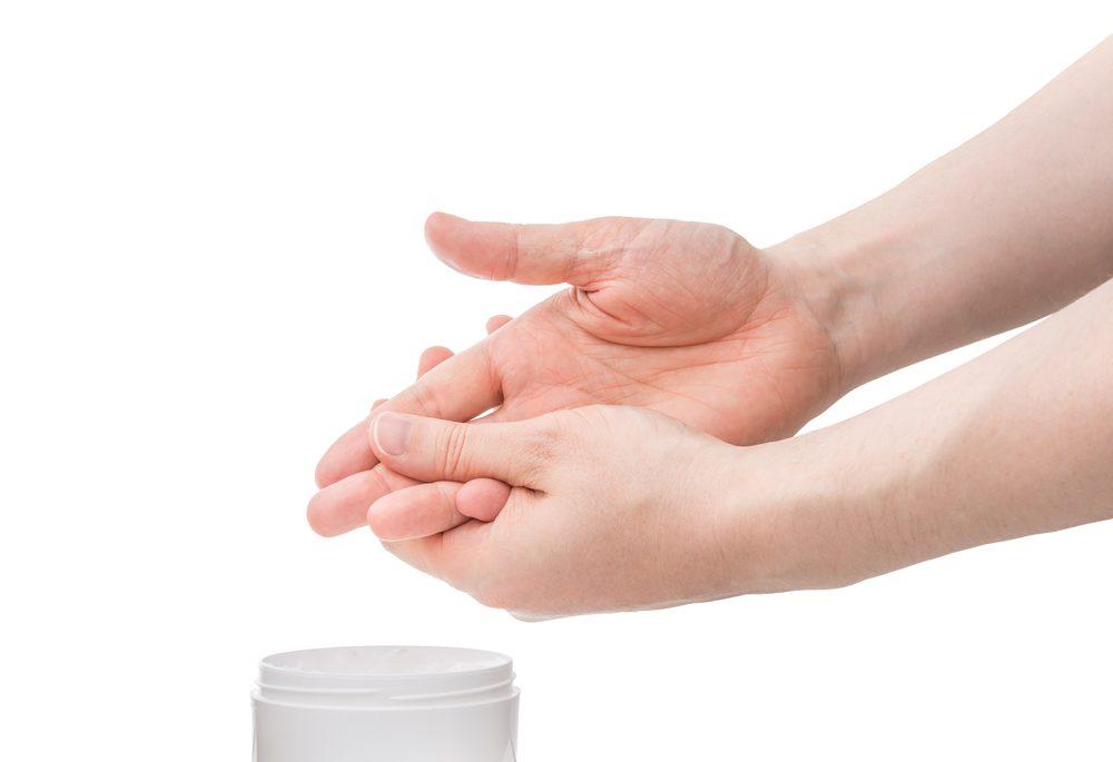 Exfoliez vos mains pour enlever les taches de vieillissement.