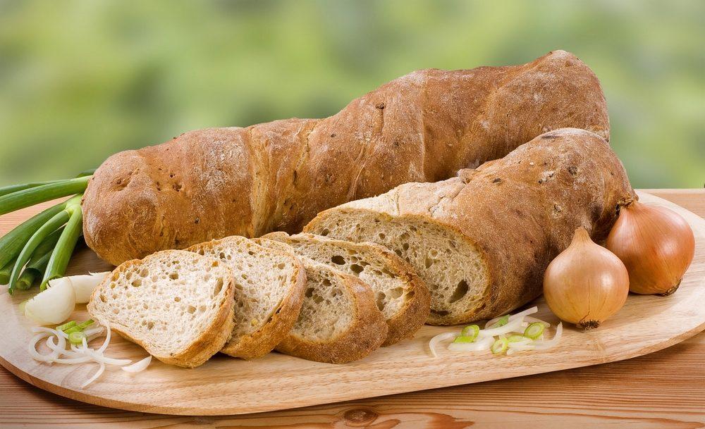 Le pain et les oignons sont de bons aliments à consommer ensemble.