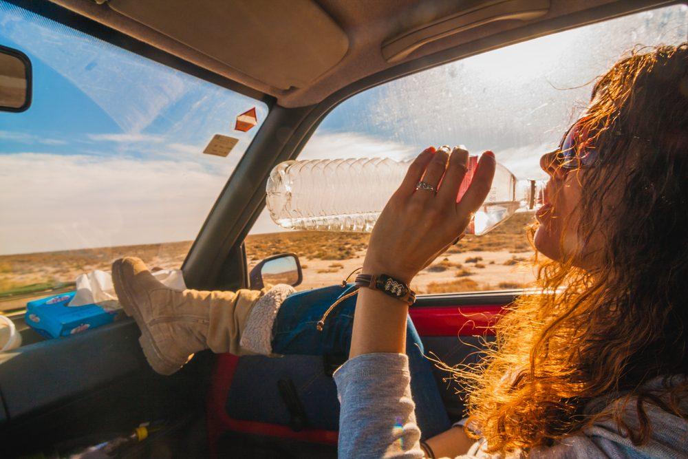 L'eau en bouteille conservée à des chaleurs élevées peut être contaminée.